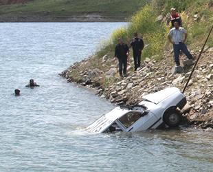 Balık adamlar, bu kez feribottan baraj gölüne düşen araç için daldı