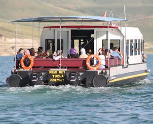 Tatilciler, Demirözü Barajı'nda tekne turuna yoğun ilgi gösterdi