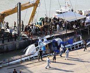 Tuna Nehri'nde batan yolcu teknesini çıkarma çalışması başladı
