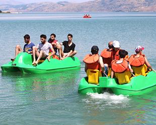 Hazar Gölü'ndeki plajlar tatilcilerin akınına uğruyor