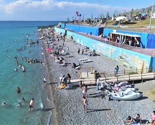 Tuşba Belediyesi'nin 'Mavi Bayraklı' plajında sezon açıldı