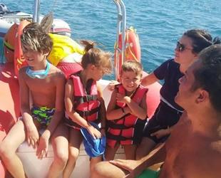 Burhaniye'de denizde arızalanan teknedekileri itfaiye kurtardı