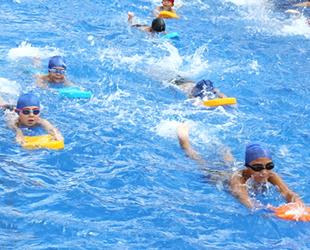 42 bin çocuk ilk kulacını portatif havuzlarında attı