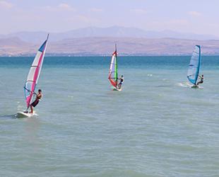 Van Gölü'nde rüzgar sörfü yaygınlaşıyor