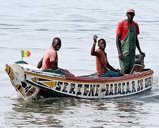 Senegalli balıkçılar, okyanusun kıyısında balık tutuyorlar