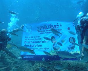 Dalgıçlar, DMD'ye dikkat çekmek için deniz altında pankart açtılar