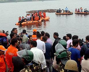 Hindistan'da dini etkinlikte tekne devrildi: 18 ölü