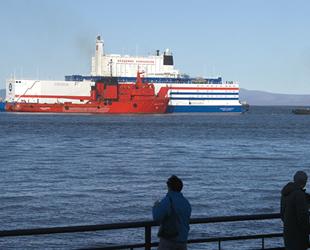 Nükleer Enerji Santrali Akademik Lomonosov, Çutotka Limanı'na yanaştı