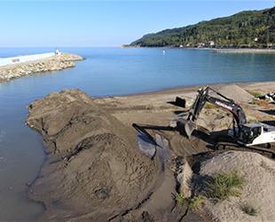 Abana'da kumdan kapanan balıkçı barınağının ağız kısmı açıldı