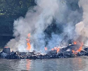 Thames Nehri'nde teknede yangın çıktı: Yolcular nehre atlayarak kurtuldu...