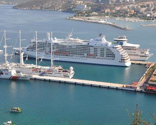 Kuşadası'na 3 yolcu gemisiyle 2 bin 600 turist geldi