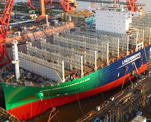 Dünyanın ilk LNG yakıtlı konteyner gemisi suya indirildi