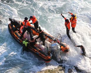 Kayalıklarda mahsur kalan balıkçılar kurtarıldı