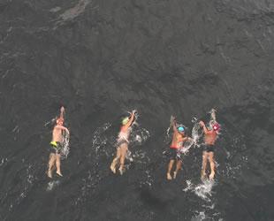 4 amatör yüzücü, 6 saatte Armutlu'dan Mudanya'ya yüzdü