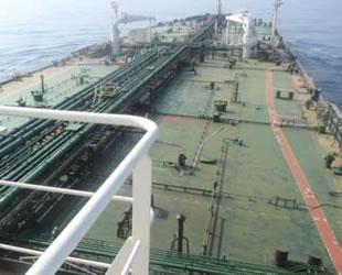 Saldırıya uğrayan İran petrol tankerinde 1.5 metre delik açıldı