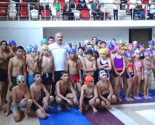 Yüzücüler, elde ettikleri birincilikleri Mehmetçik'e armağan etti