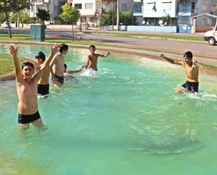 Antalya'da çocukların süs havuzu keyfi deniz keyfini aratmadı