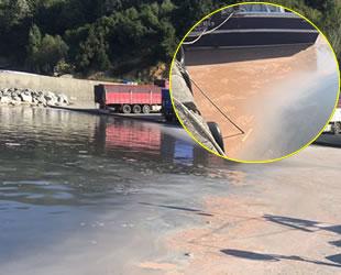 Bartın'da kamyonlar atıklarını denize boşalttı