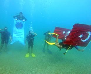 Dalgıçlar, su altında Türk bayrağı açıp asker selamı verdi