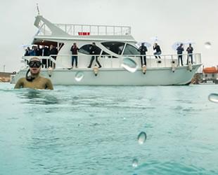 Şahika Ercümen, soğuğa aldırmadan Van Gölü'ne daldı