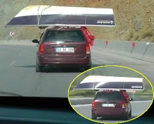 Otomobil üzerinde taşınan kayık ilginç görüntüler oluşturdu