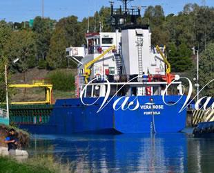 'Vera Rose' isimli kargo gemisi, Corint Kanalı'na sıkıştı