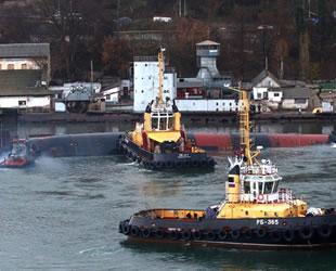 Su almaya başlayan Rus denizaltısı kontrollü batırılıyor