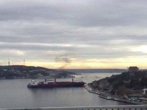 Songa Iridium isimli konteyner gemisi İstanbul Boğazı'nda makine arızası yaparak kıyıya çarptı