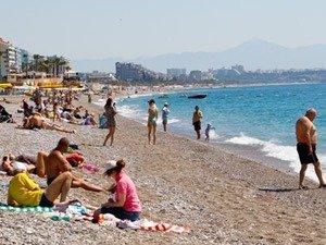 Antalya'da tatilciler güneşli havanın keyfini denizde çıkardı