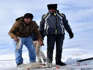 Atlı kızaklarla ulaştıkları gölde buzu kırıp balık avlıyorlar