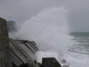 Rüzgar nedeniyle dalgalar mendireği aştı