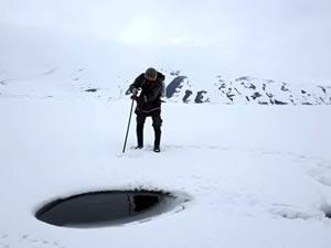 Ağrı Balık Gölü buz tutunca Eskimo usulü balık avlayanların ekmek kapısı oldu