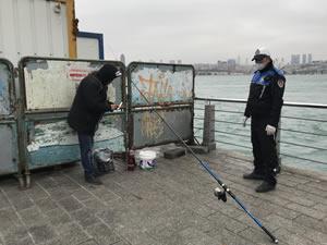 Saklanarak balık tutmak istedi zabıtaya yakalandı