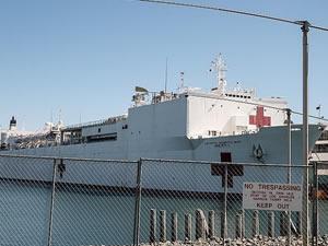 Yüzen hastane gemisi USNS Mercy, Los Angeles Limanı'nda