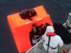 Yunan Sahil Güvenlik, 15 düzensiz göçmeni can salı ile ölüme terk etti