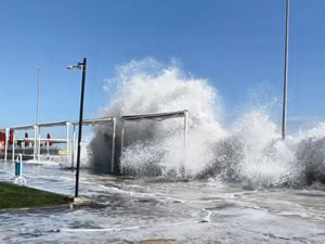 Marmara'da sahil alanı suyla dolup taştı