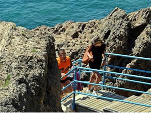 Antalya'da kayalık alanda deniz keyfi yapmak isteyen çoğunluğu turist 7 kişi, polis tarafından uyarıldı