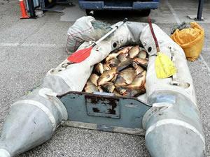 Gölette balık tutan 3 kişiye ceza kesildi