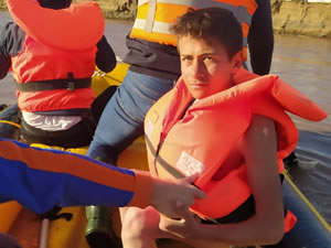 Nehrin ortasındaki adacıkta mahsur kalan çocuk botla kurtarıldı