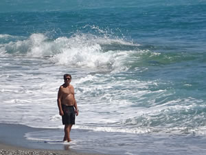Antalya'da yasağa rağmen denize girdiler