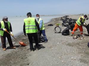 Van Gölü'nde şarkılar eşliğinde 200 ton çöp toplandı