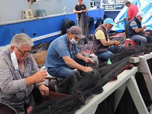 Karadenizli balıkçılar Kovid-19 tedbirleri altında ağlarını onarıyor