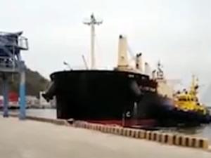 Kuru yük gemisi iskeleye yanaşırken rıhtıma çarptı