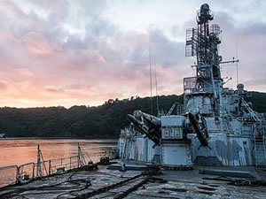 Terk edilmiş savaş gemisinin içi gizlice görüntüledi
