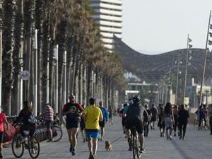 Plajlara akın eden Barselonalılar, kuralları hiçe saydı