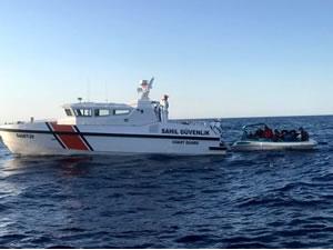 Antalya'da denizde mahsur kalan 14 sığınmacı kurtarıldı