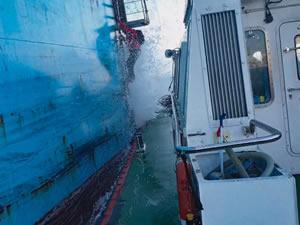 Kılavuz kaptan dalgalarla mücadele etti