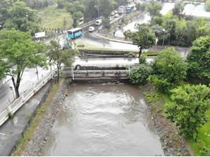 Sağanak yağış nedeniyle Küçüksu Deresinden boğaza çamur aktı