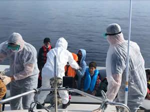 Ölüme terk edilen düzensiz göçmenleri Türk askeri kurtardı