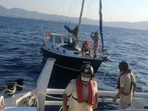 KEGM, sürüklenen teknedeki 3 kişiyi kurtardı